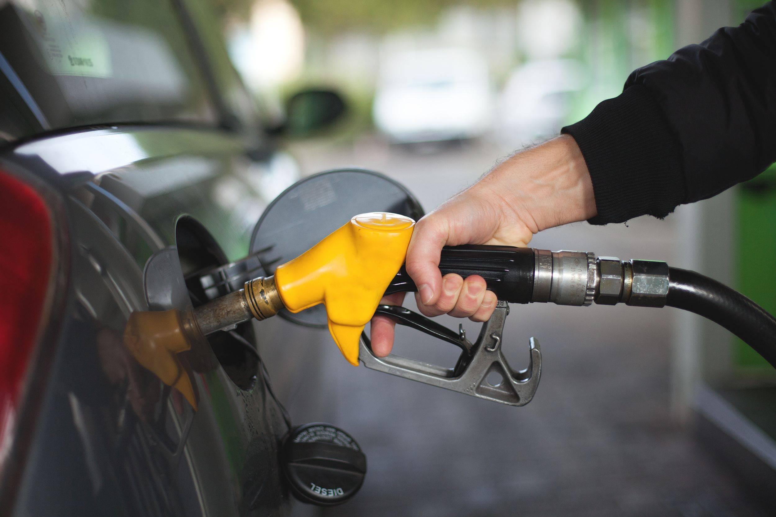 为何民营加油站的价格比中石油中石化低?我们找到了答案