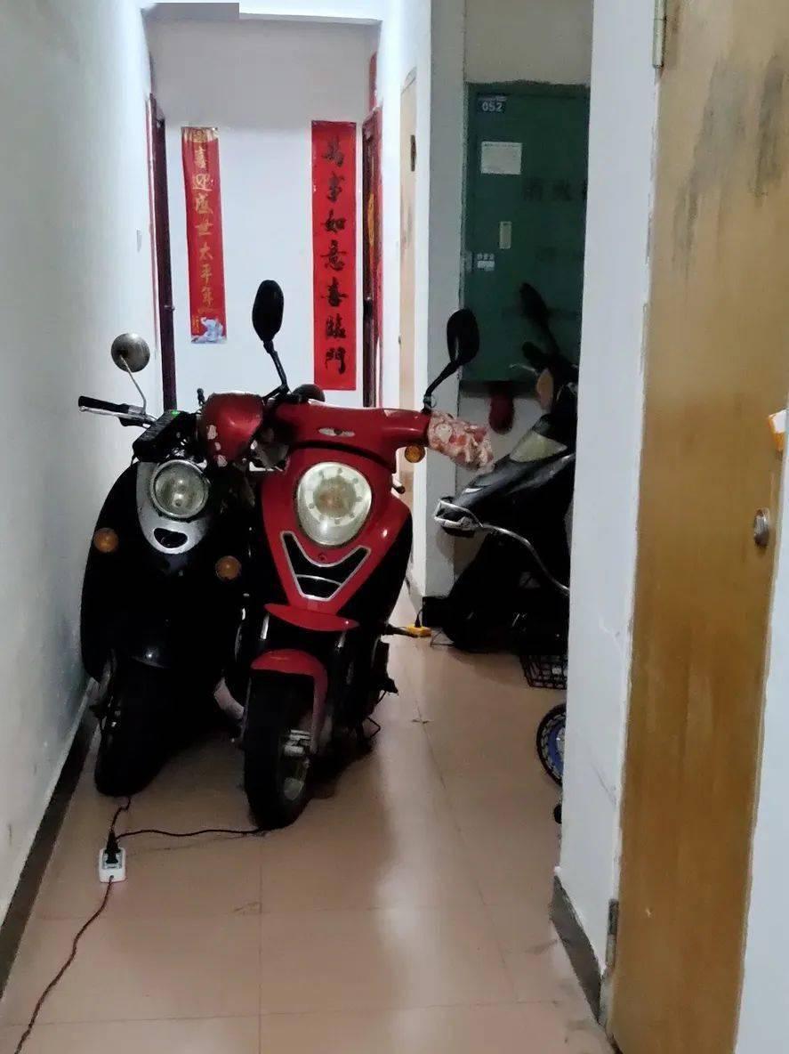 邻居总在楼道里给电动车充电,我又急又怕,律师这么说……