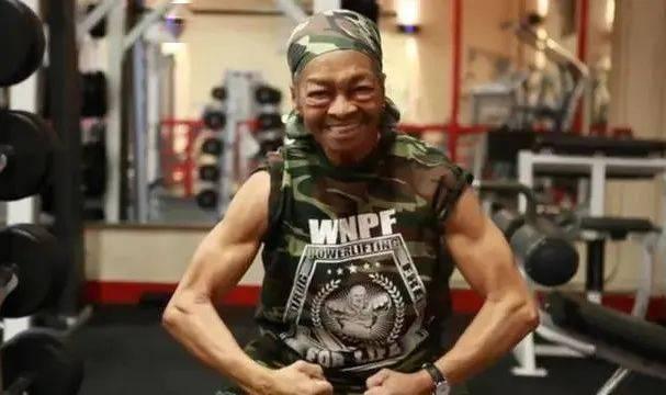 82岁健身奶奶把29岁入侵者打上救护车!看到她的肌肉我彻底服了! 动作教学 第28张