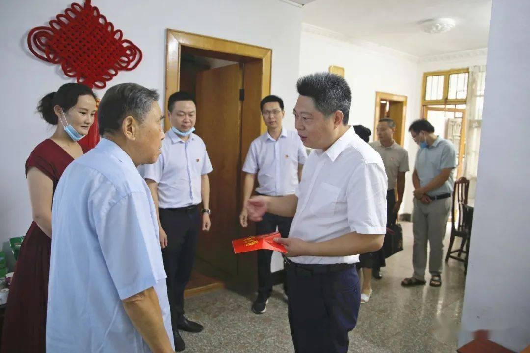 """""""七一""""前夕,廖永平看望了老党员。"""