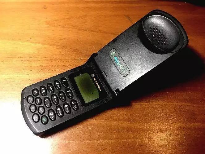 1996年1月3日,史上第一款翻盖手机——摩托罗拉的StarTAC发布