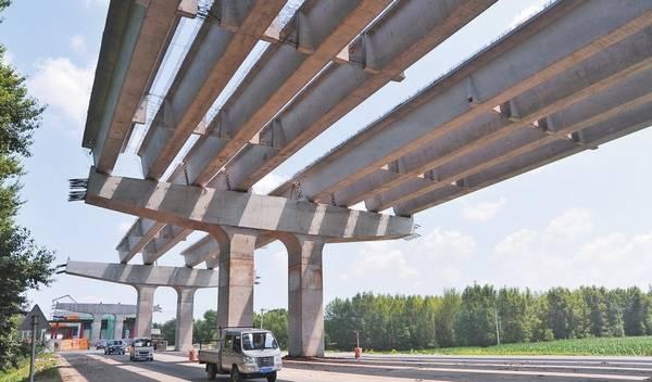 哈尔滨机场第二通道迎宾路高架桥施工忙