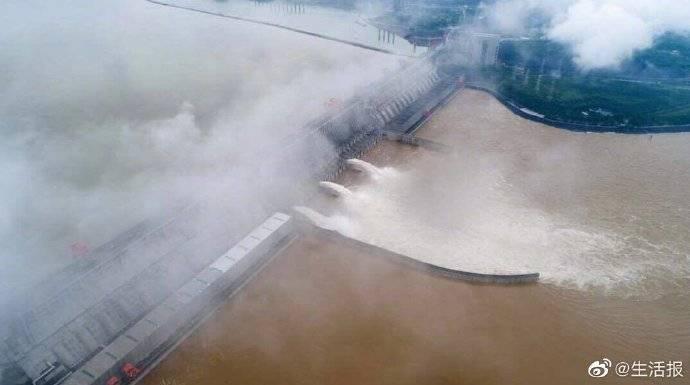 三峡大坝开启三个深孔泄洪