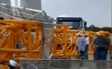 较大事故快报   安徽淮南凤台一建筑工地塔吊倒塌造成5人死亡。附:最新塔吊分类事故案例招贴