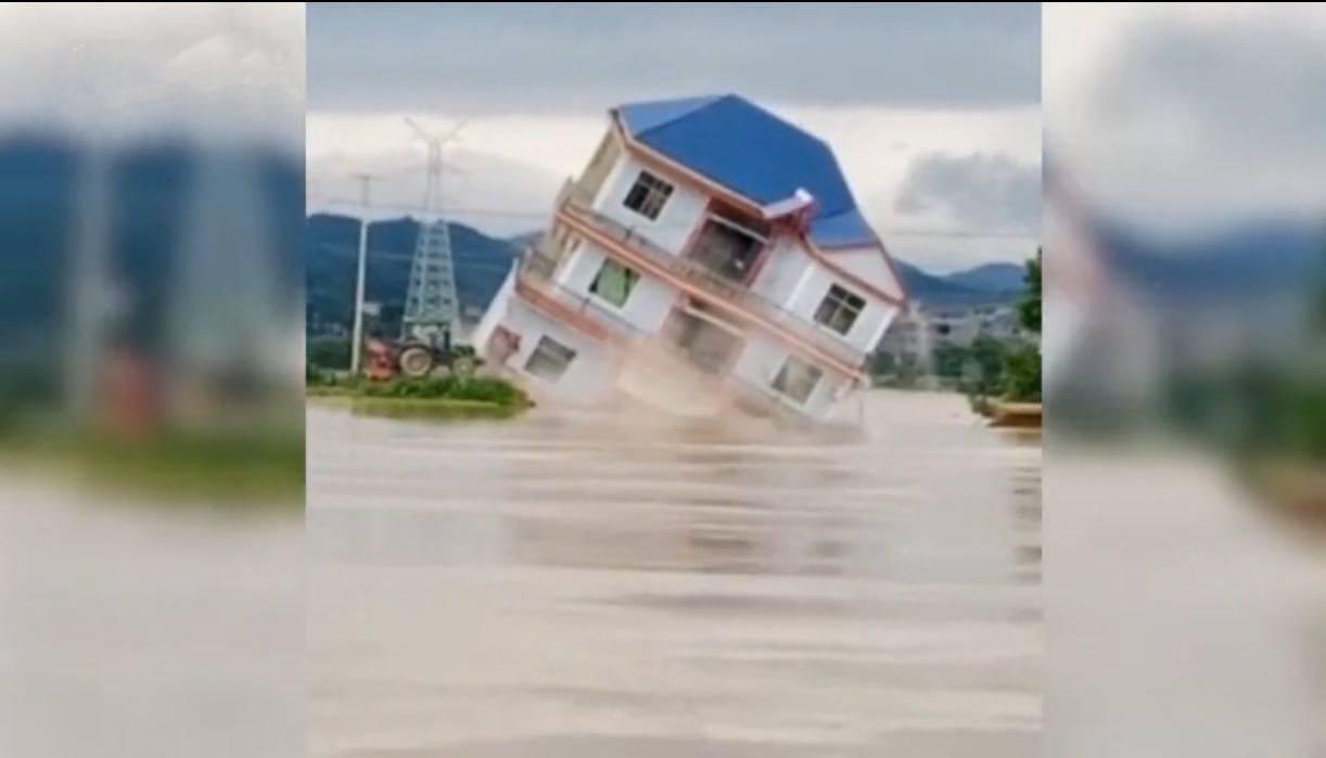 江西鄱阳县多栋楼房被洪水冲毁,村民提前转移无人伤亡