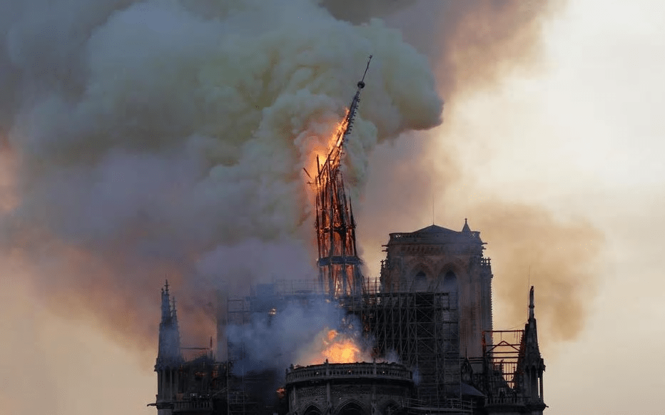 巴黎圣母院 玻璃屋顶、水晶塔尖,指向天空的光束?马克龙同意巴黎圣母院塔尖原样重建