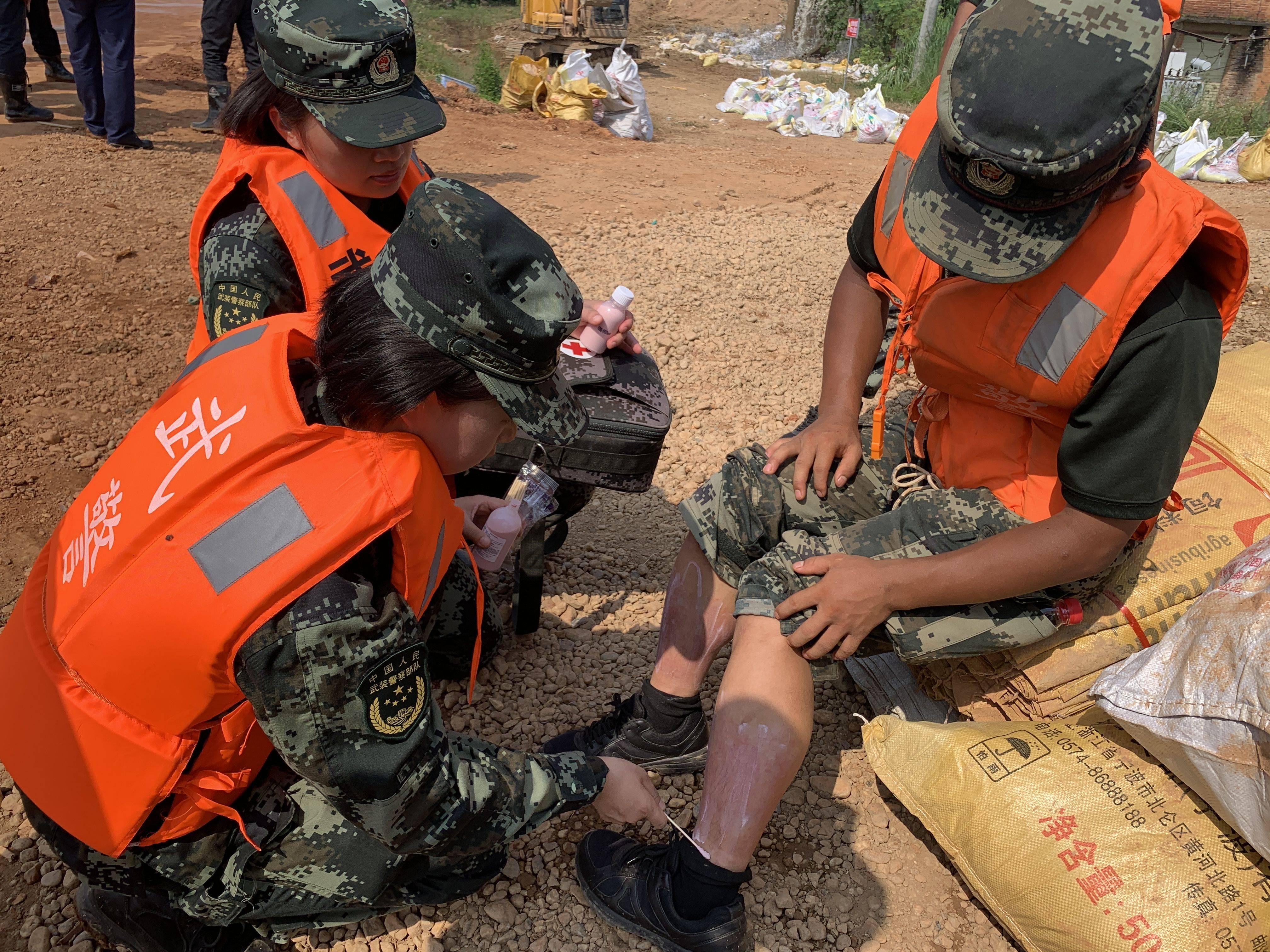 鄱阳堤坝上的武警官兵:暴晒和高强度劳