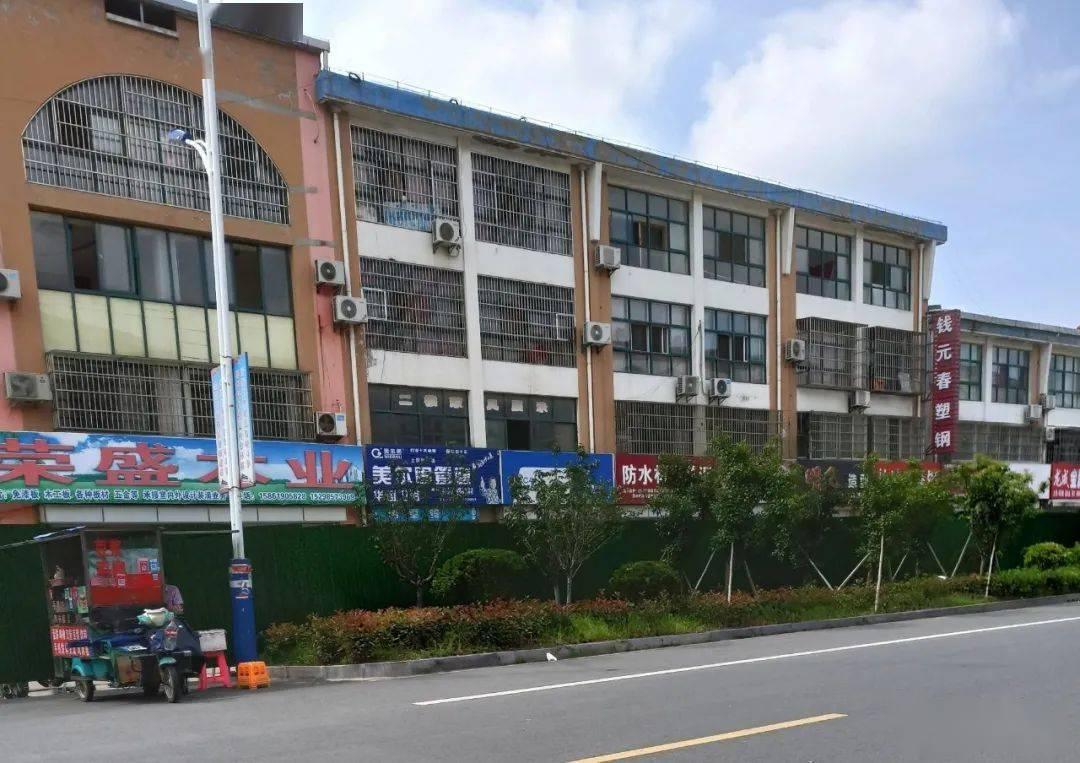 <b>快三彩票官网:网友:上港建材城某楼倾斜 现已被包围.</b>