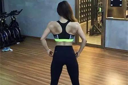 从小肚腩到马甲线身材,这位25岁健身女孩,只用了3年的时间