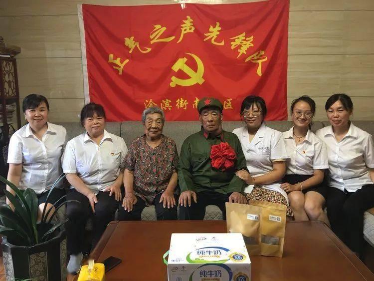 """浍滨街南社区党支部庆""""八一""""党员志愿者慰问退伍老兵"""