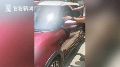 粗心妈妈将儿子反锁车中却不砸窗 他们出手了