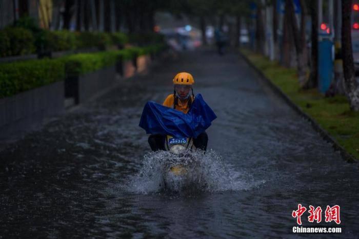 """""""双台风""""袭来!南方多地调高应急级别防风防汛"""