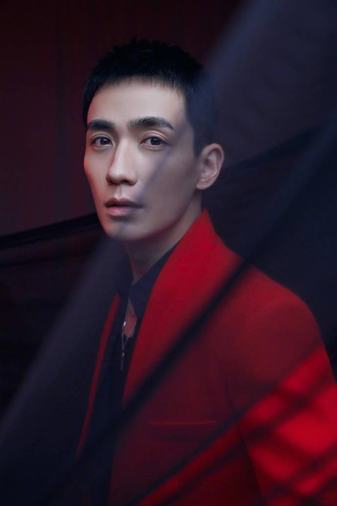 朱一龙身着红色西装温柔的眼神更迷人!