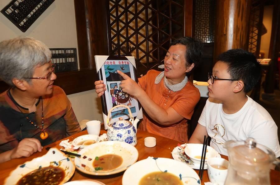 """宁波镇海艺术家把农民画送上""""文明餐桌"""""""