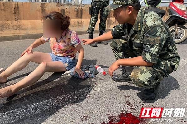 长沙|组图丨路遇车祸受伤群众 武警长沙支队官兵果断伸出援手