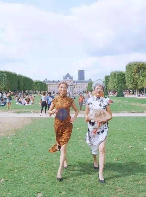 """""""乘风破浪的奶奶""""火了:人均65岁,穿旗袍露美腿游世界插图(2)"""