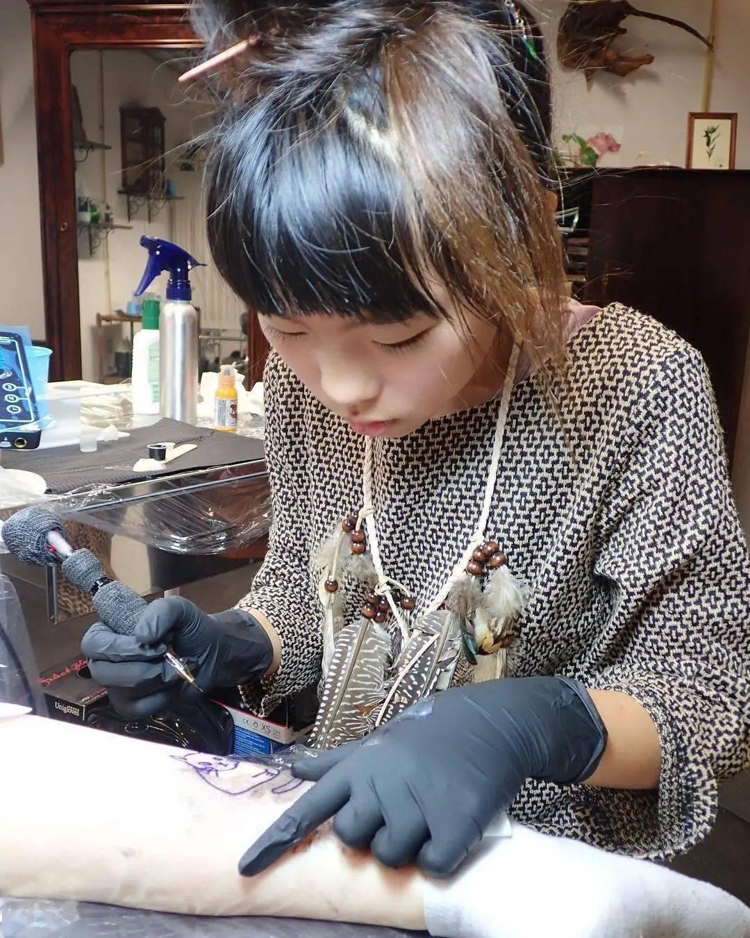 太酷了!日本女孩6岁入行,是全世界最小纹身师…看完我却只想拥有同款爸爸!插图(1)