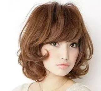 【亚博ag拜仁合作伙伴】 女生中分短发烫发发型 塑造娇玉人生