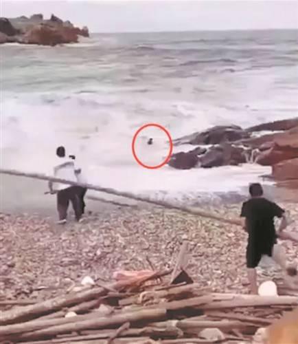 四人拍婚纱照被海浪卷走
