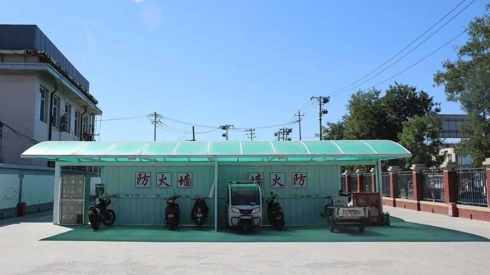 设置防火墙 设置10种消防设备.吕家营村升级后的充电棚充分保护了人民