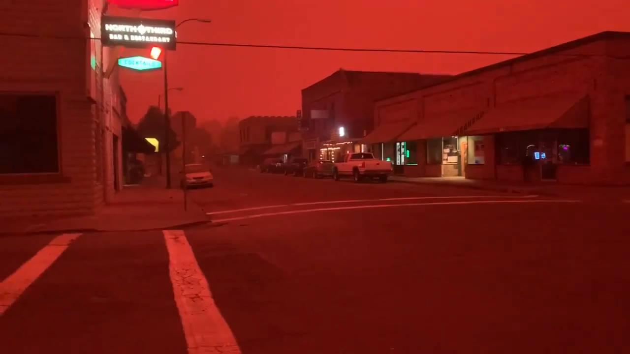 大火烧毁了200000英亩的土地,美国小镇的天空变成了血红色。 火焰病毒