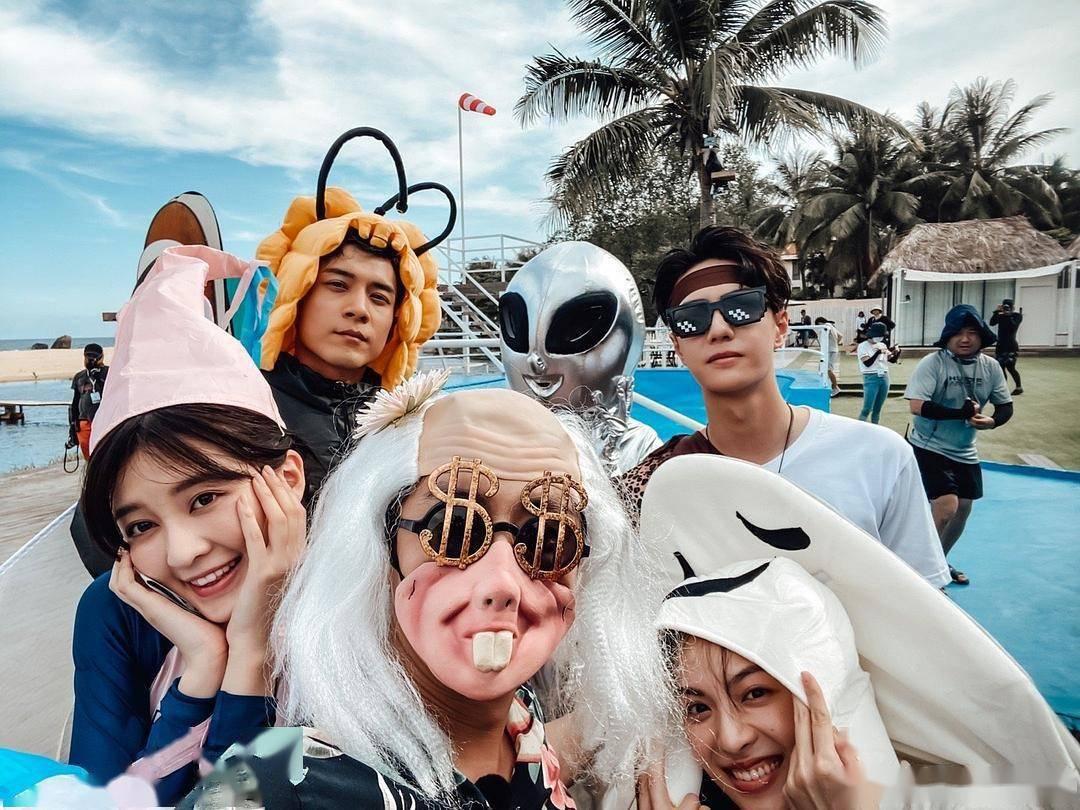 《夏日冲浪店》导演:王一博出乎意料,极具冲浪天赋