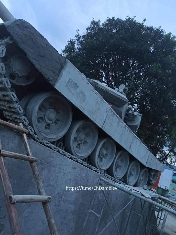 越南建世界首个T-90坦克纪念碑:混凝土非真车