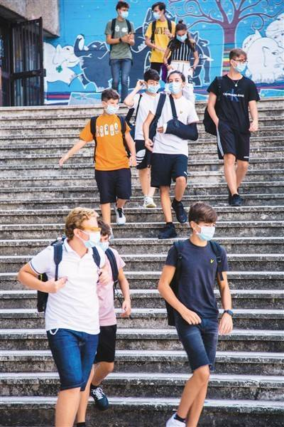 9月14日意大利约800万中小学生中的大部门返校复