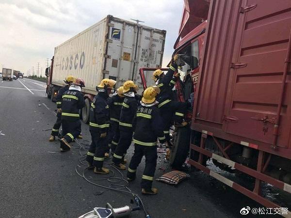 申嘉湖高速一货车追尾集卡 司机被困驾驶室