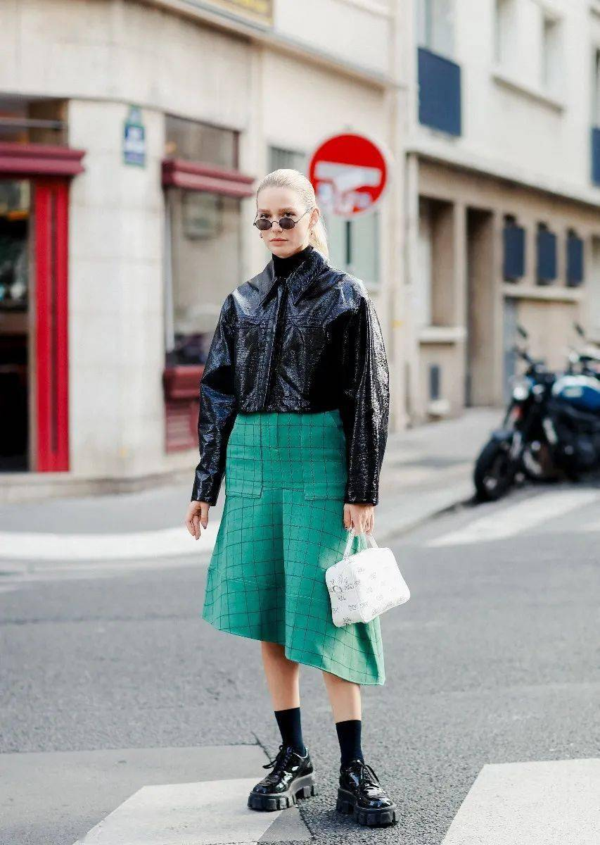 马丁靴+裙子,马丁靴+工装裤……又酷又撩,时髦炸了!     第71张