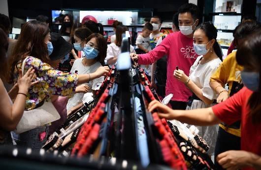 """""""双节""""前5日海南免税购物日均揽金过亿,手表等成为抢手货"""
