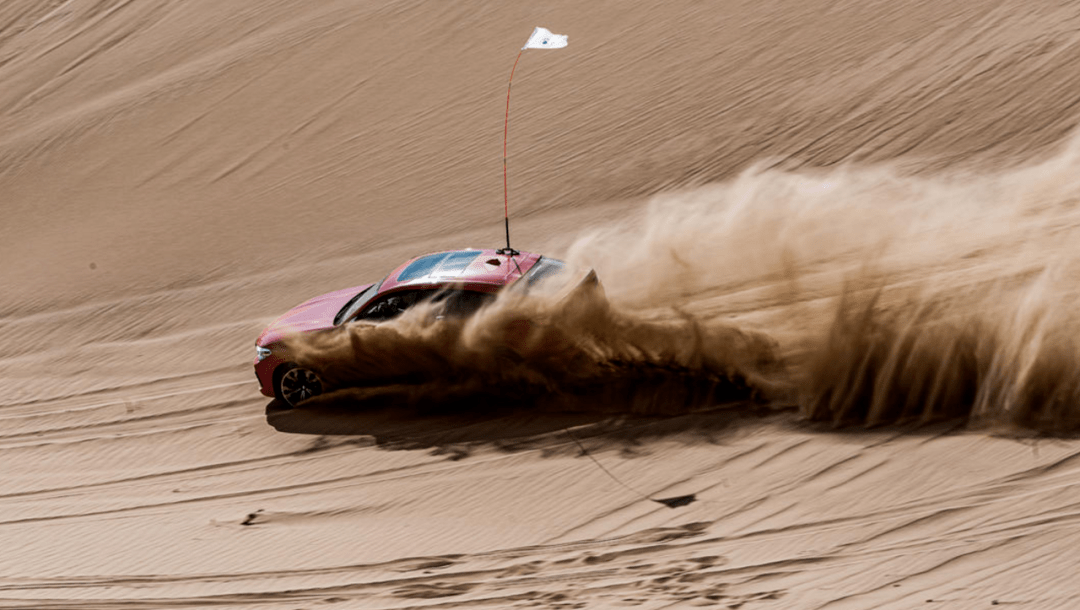 在沙漠里玩宝马M: X4M让我玩得很开心,X3M救了我一命。