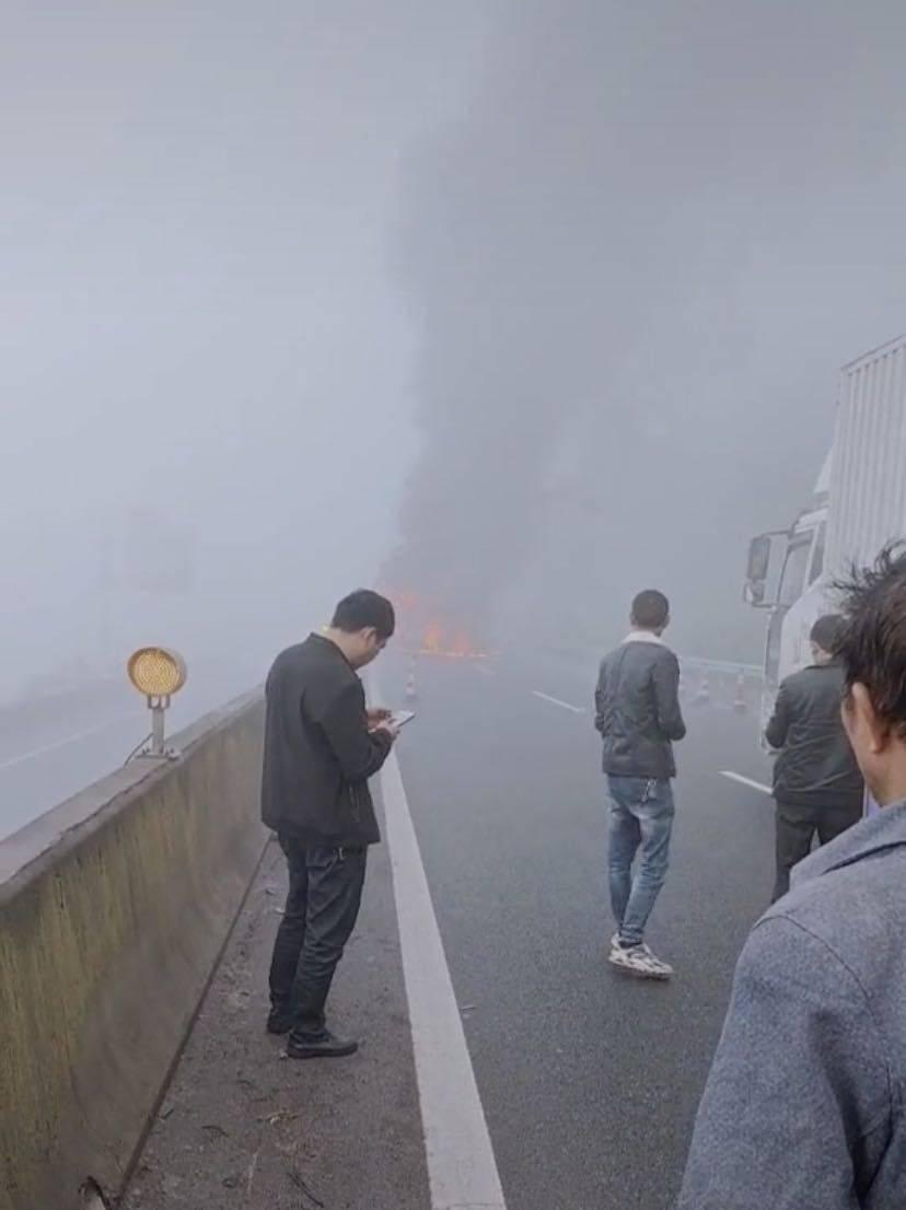 贵州毕节两车追尾起火致7人身亡 有5人跳车逃生