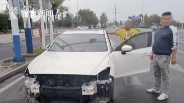 维修工开着一辆小马扎开车送交警开门