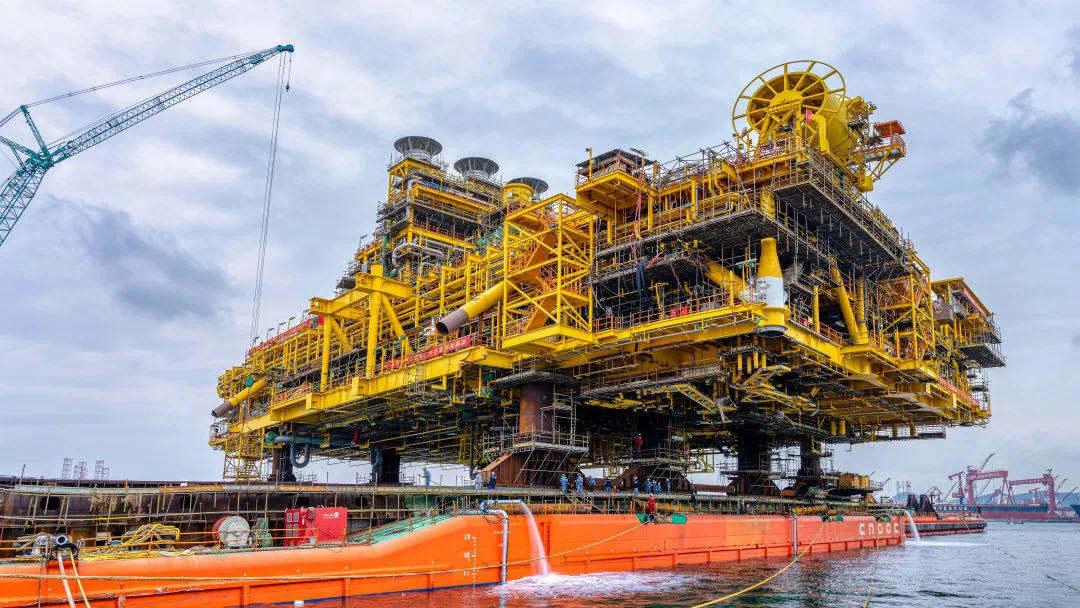 """全球首个万吨级半潜式储油平台的船体与上部组块即将""""合体"""""""