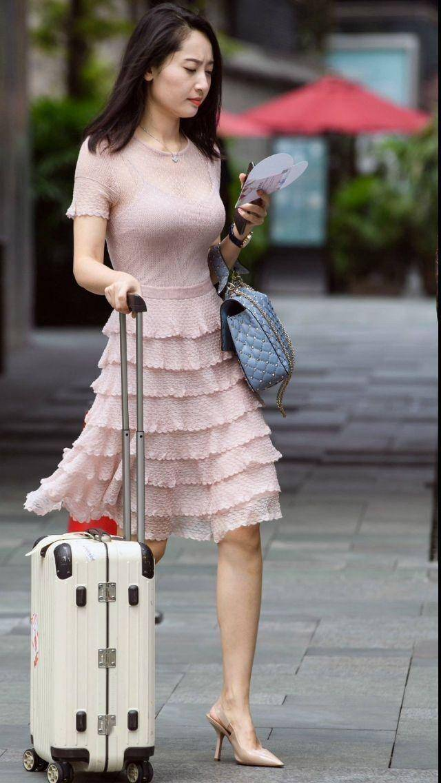 街拍:30岁的轻熟女刚刚好的年纪,这样穿衣尽显成熟女人味