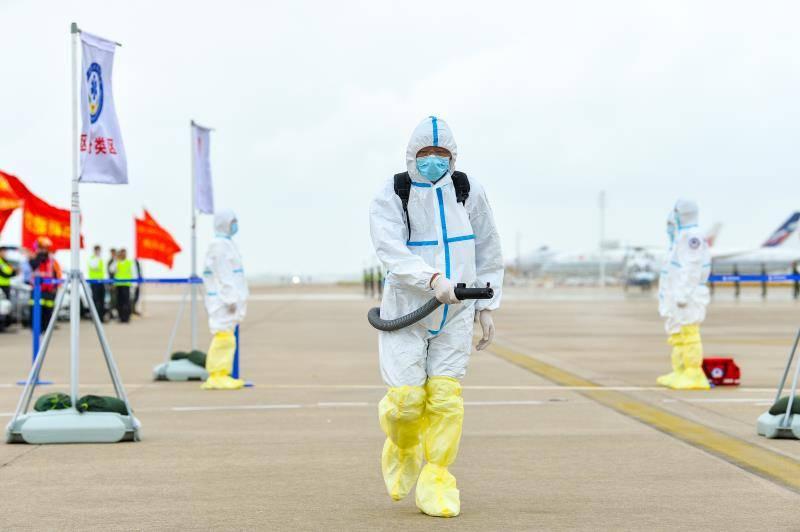 匿名电话称机上有炸弹,这场模拟演练出动五架飞机百余台车辆
