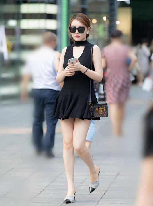 街拍:选择一条裙子出行,是女人永远不变的主题,你说美不美?