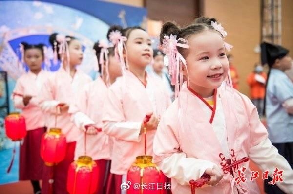 武汉同济医院60对新人齐办婚礼