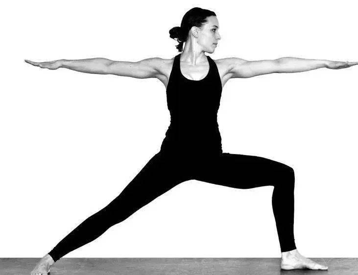 最适合初学者做的 8 个经典瑜伽体式!_换边