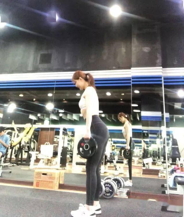 高中辍学,右膝报废,200斤的她用这样的方式回敬命运不公