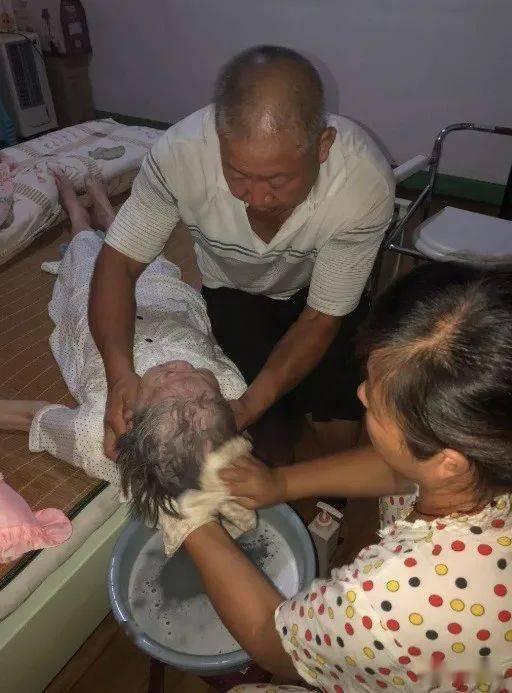 三明是个好老婆!照顾瘫痪了十四年的婆婆!
