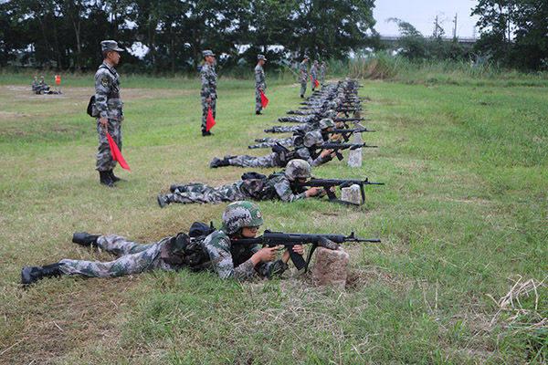 南部战区陆军某海防旅新兵团组织新兵实弹射击