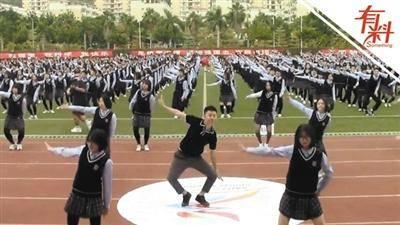 800名学生跳《无价之姐》 领舞老师表情动作亮了