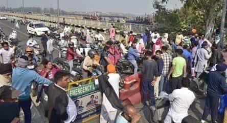 抗议新出台的中央农业法 印度农民围攻高速收费站