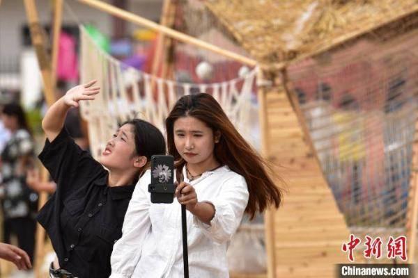 广西打造稻田艺术雕塑庆祝仫佬族丰收(组图)