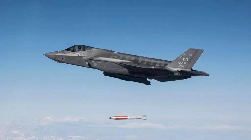 美国首次公布五代机投掷核弹视频炸弹在空中旋转奔向目标