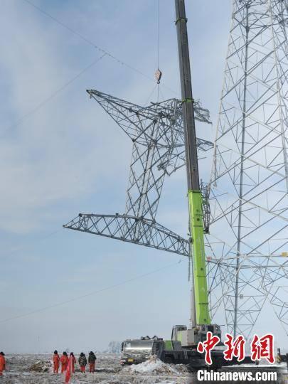 吉林冻雨致超高压电塔折断 电力工人顶严寒昼夜抢修