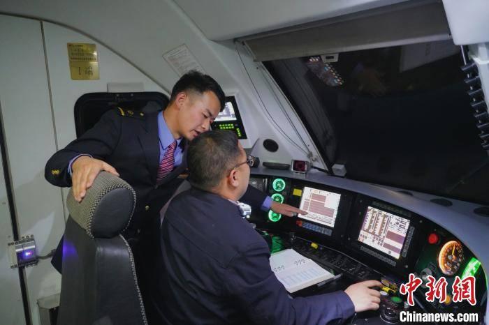 """""""90后""""青藏铁路指导司机:铁路比回家的路更熟"""