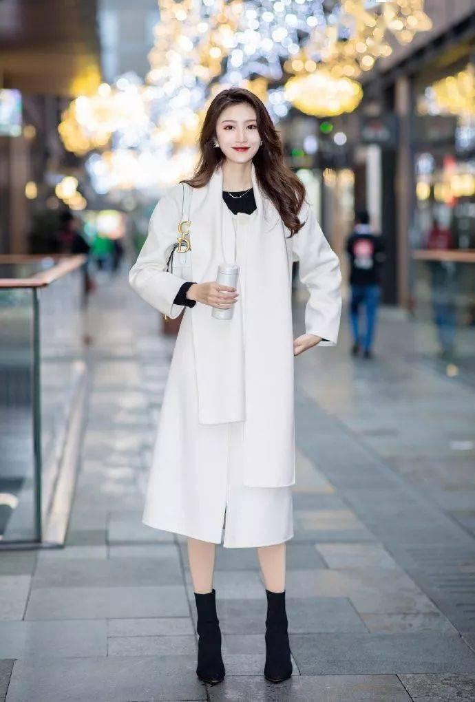 高跟鞋搭配裙子,穿出女性魅力新姿态